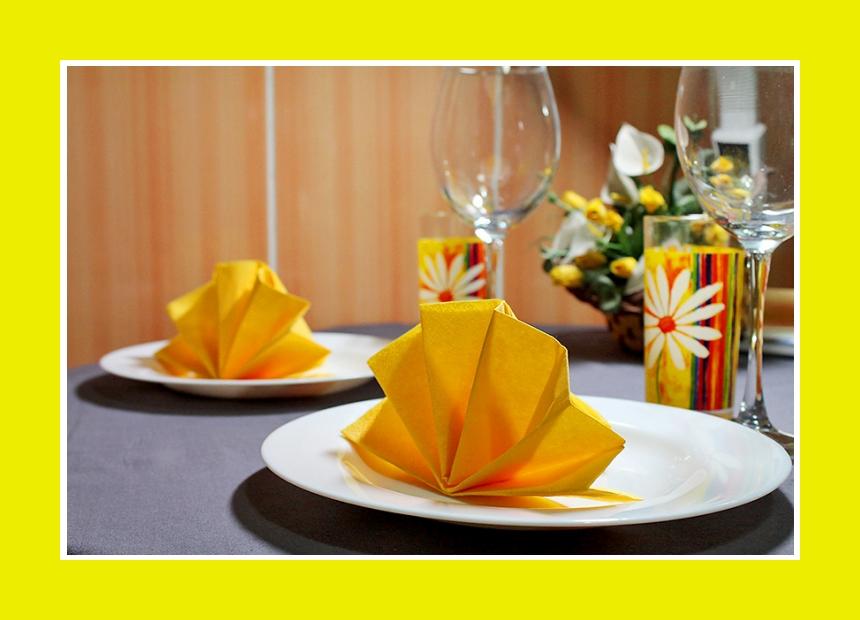 Papierservietten falten gelb Serviettendeko
