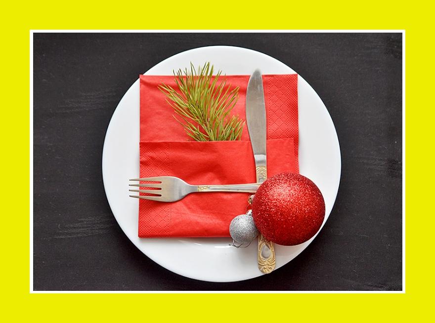 Rote Papierservietten zu Weihnachten Silvester mit Tannenzweig und Kugeln