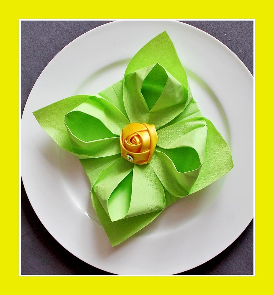 Servietten Faltanleitung Lotusblüte aus grünen Servietten mit gelber Stoffblume