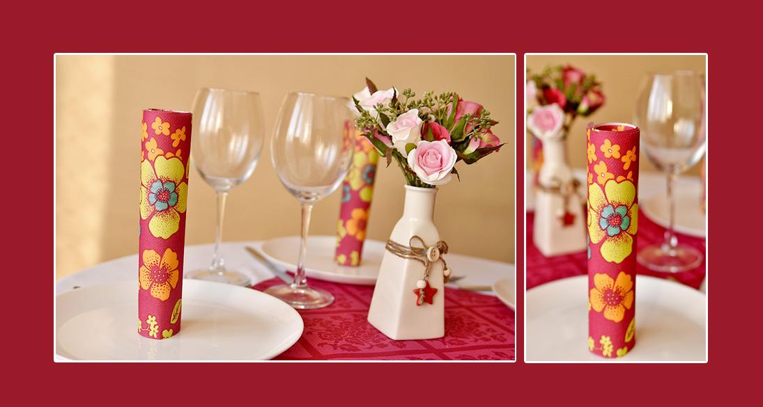 Tischdeko mit geblümten Servietten und zarten Rosen